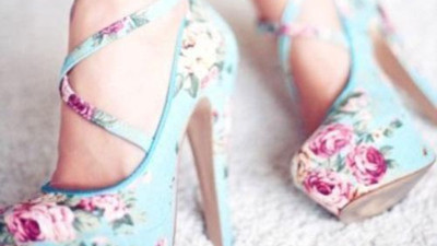 Diện guu giầy hoa xuống phố