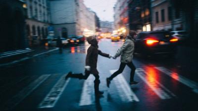 Biết mình xứng đáng được yêu nhiều hơn thế, nhưng em chẳng thể từ bỏ anh...