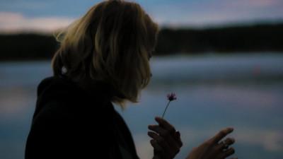 Điều đáng buồn nhất trên đời là bị bỏ rơi bởi những người từng ở bên bạn