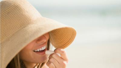 Ngày nắng chớ dùng son bóng, lời khuyên dành cho các chị em để bảo vệ môi luôn hồng hào, căng mịn