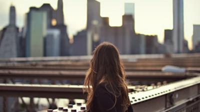 Chúng ta không nhất thiết phải quên đi tình cũ, chỉ là đừng nhớ nhung tới nữa thôi!