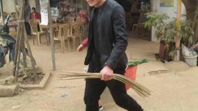 Lộ ảnh Bùi Tiến Dũng đi chợ mua đồ làm bánh chưng cùng mẹ, trên bảnh trai nhưng nhìn xuống dưới chân thì…