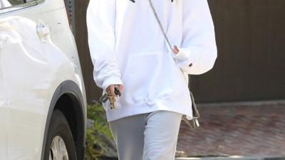 Tình mới của Justin Bieber mặc áo nam, mệt mỏi rời nhà bạn trai sau khi qua đêm