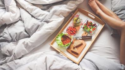 Những thói quen trước khi ngủ khiến bạn dễ tăng cân không kiểm soát