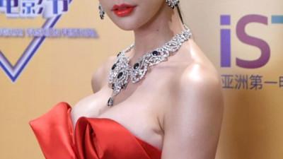 """""""Biểu tượng nóng bỏng xứ Hàn"""" Clara gây sốc khi xuất hiện với bộ váy khoe trọn vòng 1"""