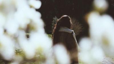 Sao em không đủ vô tình để quên anh