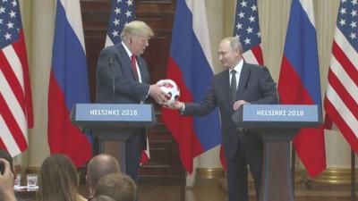 Nhận được món quà từ Tổng thống Putin, Tổng thống Trump bất ngờ tung nó về phía vợ để đem về cho con trai chơi