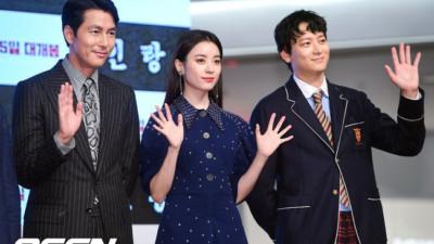 """Sau tin đồn hẹn hò, """"thánh sống"""" Kang Dong Won và Han Hyo Joo xuất hiện ngại ngùng trong lần đầu lộ diện"""