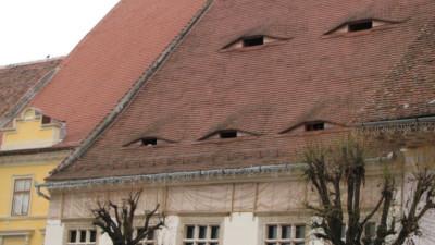 """Ở quê hương của Dracula, đến cả nhà cửa cũng khiến người ta lạnh gáy với những """"con mắt"""" dõi theo người qua lại"""