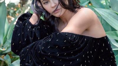 """Kylie Jenner tung bộ ảnh đẹp """"mong manh sương khói"""", không trang điểm đậm hay khoe thân mà vẫn hút hồn!"""