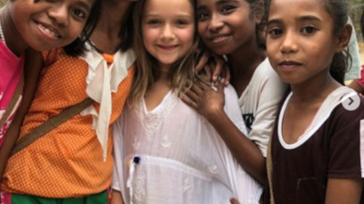 """Đi dạy tiếng Anh cho trẻ em nghèo, Harper Beckham được khen dễ thương như một """"thiên thần"""" đúng nghĩa!"""
