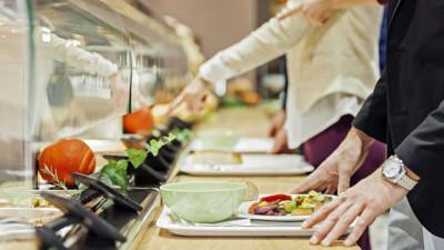 Ăn cơm trưa ở văn phòng cần tránh ngay 5 thói quen sau kẻo gây ảnh hưởng không tốt cho sức khỏe