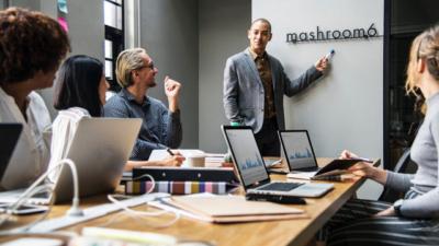 """Đời người thì ngắn, khoảng cách giữa hai kỳ lương thì quá dài: Hãy học cách """"sinh tồn"""" qua 11 quy tắc ngầm tại nơi làm việc mà sếp không nói với bạn"""