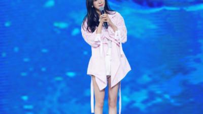 Dương Mịch - Lâm Tâm Như cạnh tranh sắc vóc: Hai bà bỉm sữa khoe chân dài tít tắp, trẻ trung như gái 18