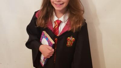 Bé gái 9 tuổi mỗi lần ra đường là gây chú ý vì gương mặt giống hệt Hermione trong Harry Potter