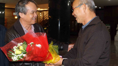 Sau khi cùng tuyển Việt Nam nâng cup vô địch AFF cup, đây là người HLV Park Hang Seo vội vã bay tới gặp