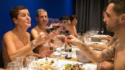 """Yêu cầu thực khách """"truổng cời"""" thì mới được dùng bữa, nhà hàng Paris đóng cửa vì ế ẩm quá"""