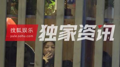 HOT: Triệu Vy bị bắt gặp thân mật hôn trai lạ giữa đêm khuya