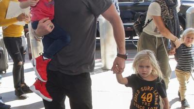 """Tìm nơi nuôi bầy con nhỏ, """"Thor"""" Chris Hemsworth lại chọn nhầm địa điểm gần... bãi biển khỏa thân"""