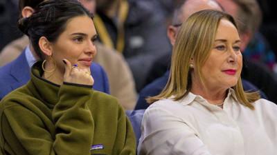 Kendall Jenner xinh đẹp đi xem bạn trai chơi bóng rổ, nhưng đáng chú ý là người mà cô nàng ngồi cạnh!