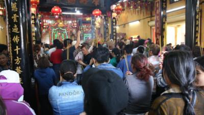 Ảnh: Hàng ngàn người đổ mồ hôi, chen lấn vào thắp hương viếng chùa Bà ở Bình Dương