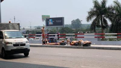 """Nằm tắm nắng 40 độ ở sân bay Nội Bài, nhóm """"Tây ba lô"""" gây tranh cãi trên MXH"""