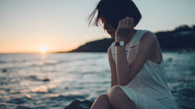 Em đang còn trẻ, cô gái à buồn ít thôi và hãy cười nhiều lên!
