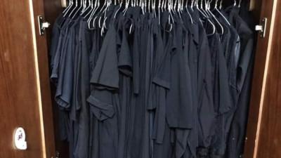 Trên đời luôn tồn tại 1 kiểu người tủ quần áo chỉ có duy nhất một màu đen bất kể kiểu dáng