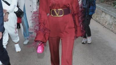 """""""Phú Sát hoàng hậu"""" Tần Lam đỏ rực một góc trời, khoe sắc vóc tuổi 40 trẻ trung đến khó tin tại Tuần lễ thời trang Paris"""