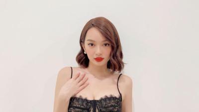 """Trời hôm nay có nóng cũng không hot bằng body Kaity Nguyễn: Diện váy bó sát sexy cực, nhan sắc """"mê chữ ê kéo dài"""""""