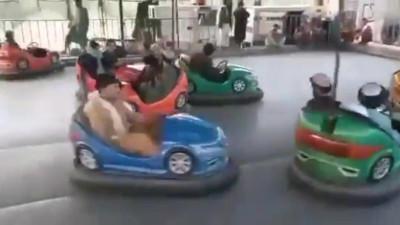 """Clip: Quân Taliban tranh thủ """"giải lao"""" chơi xe điện đụng, cưỡi ngựa gỗ tại công viên thành phố Kabul"""