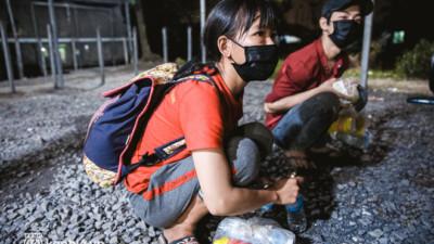 Đôi chân phồng rộp trên hành trình đi bộ hồi hương của những lao động nghèo, cả gia đình 4 người chỉ có 7.000 đồng giắt lưng